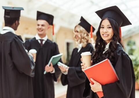Mujer con gorra de graduacion sonriendo